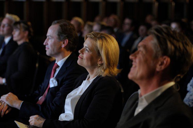 Dr. Alexander Hinrichs (Geschäftsführer der ITW), BM Julia Klöckner und Moderator Hajo Schumacher (Journalist)
