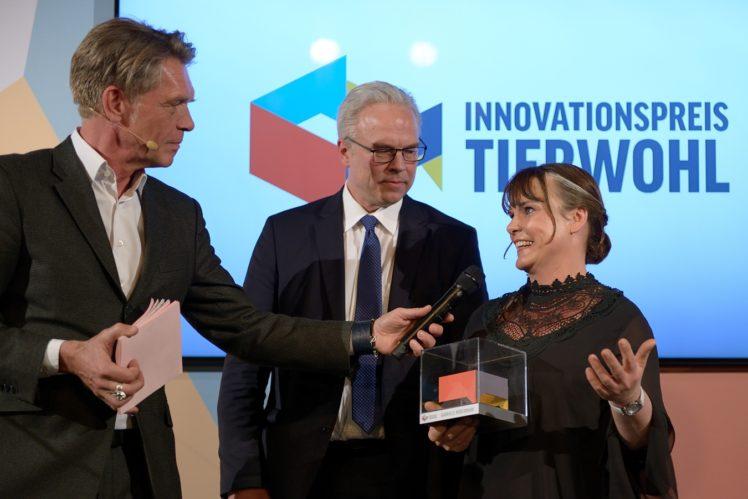 Hajo Schumacher (Moderator), Prof. Harald Grethe (Jurymitglied), Gabriele Möxixmann (Anerkennungspreis)
