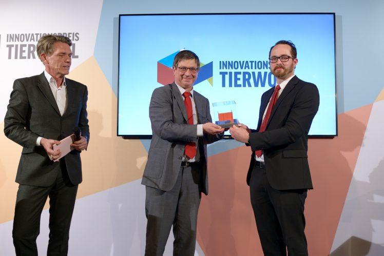 Hajo Schumacher (Moderator), Prof. Kunzmann (Jurymitglied), Christoph Becker (3. Preis Landwirtschaft)
