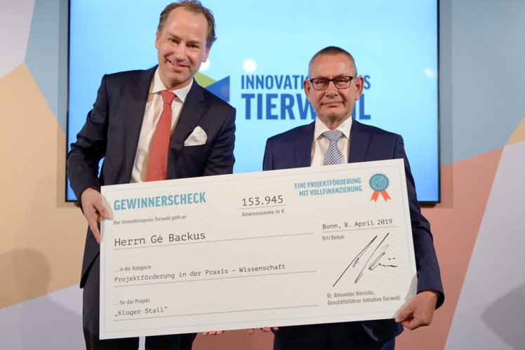 Dr. Alexander Hinrichs (Geschäftsführer Initiative Tierwohl) und Gé Backus (2. Gewinner Kategorie Wissenschaft)