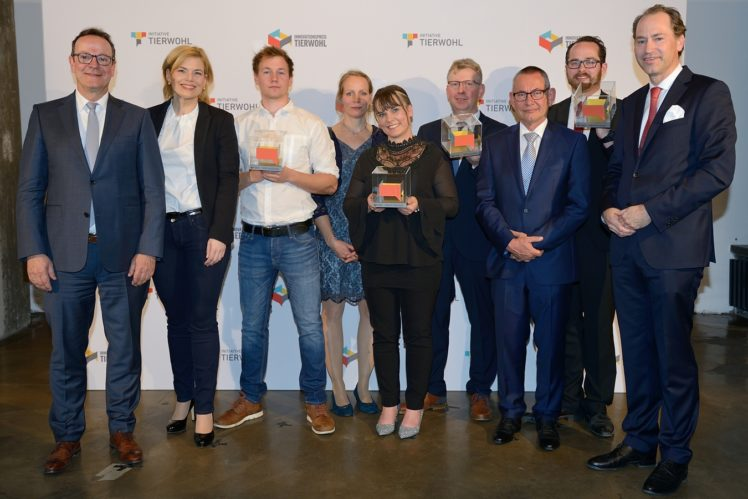 v.l.n.r. Prof. Dr. Folkhard Isermeyer (Thünen-Institut), Julia Klöckner (BMEL), die Preisträger, Dr. Alexander HInrichs (GF Initiative Tierwohl)