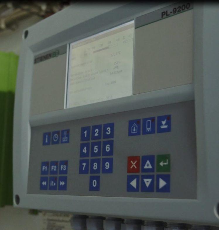 Die Tierhaltung in einem modernen Stall ist geprägt von digitalen Elementen. Die Überwachung des Stallklimas erfolgt wie hier computergesteuert.