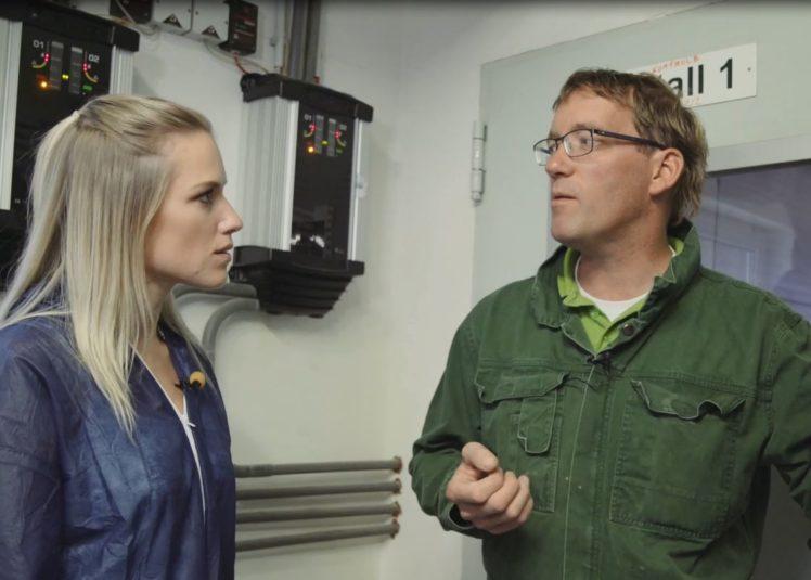 Im Gespräch: Vanessa Meisinger lässt sich von Arnd von Hugo die digitale Stallüberwachung zeigen.