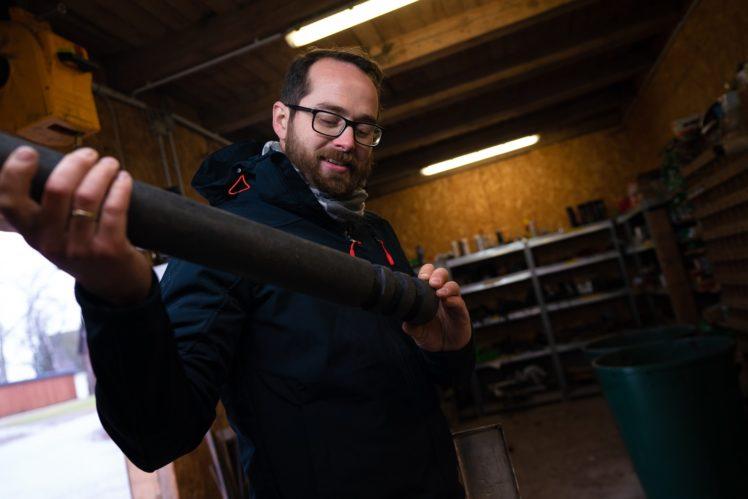 Christoph Becker in seiner Werkstatt mit Buzzer