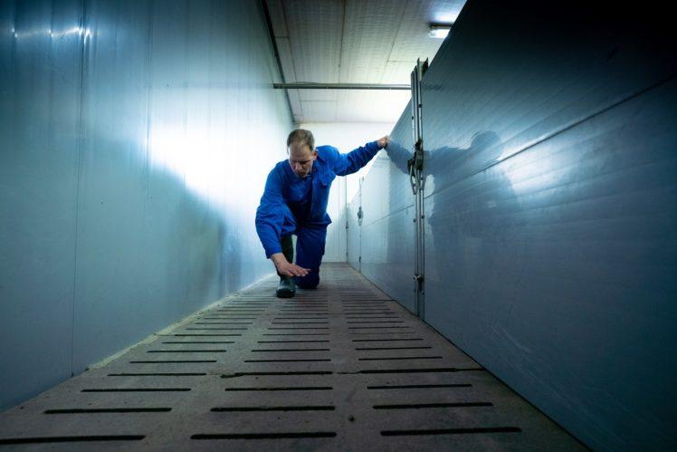 Tim Friedrichs testet den Luftstrom aus der unterirdischen Lüftungsanlage
